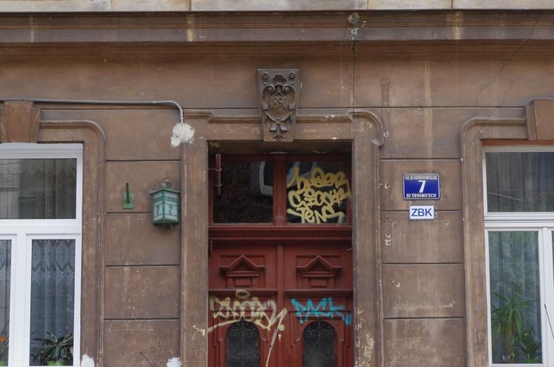 Entrance gate to tenement no. 7