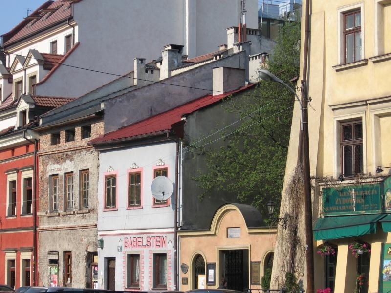 Budynki przy ul. Szerokiej, wschodnia pierzeja ulicy z wejściem do synagogi Poppera