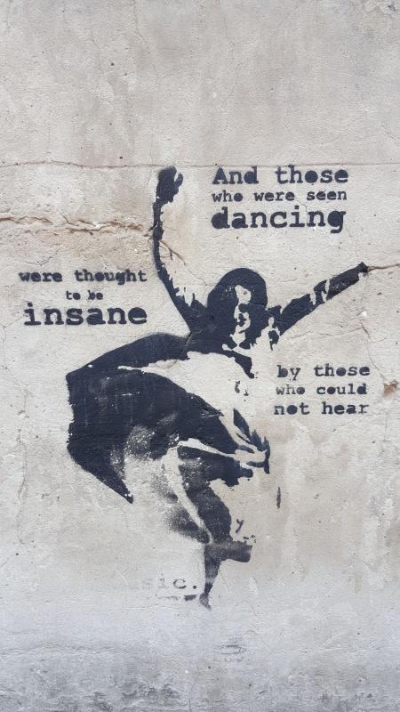 Cytat Nietschego, jednobarwny street art wykonany techniką szablonu na murze przy Bazylice Bożego Ciała w Krakowie, autorstwo: Mephisto