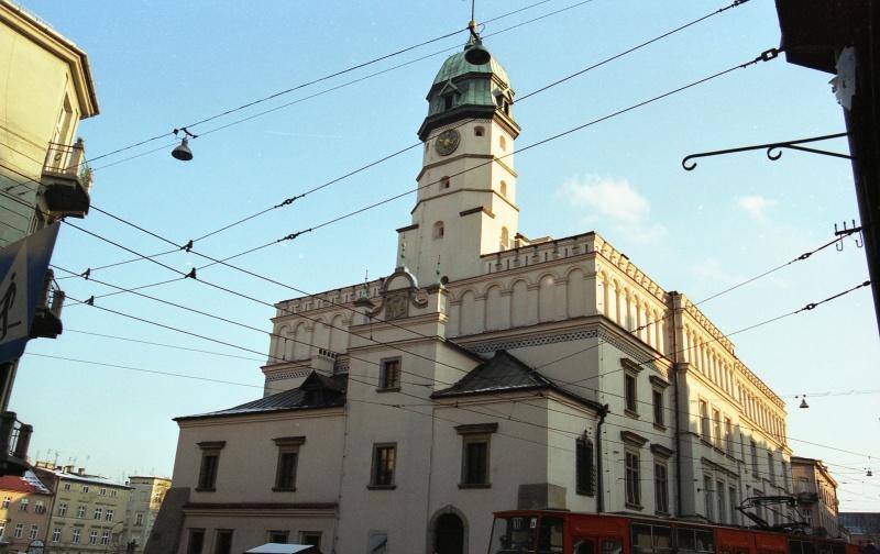 z lewej fragment kamienicy, budynek z ryzalitem i wieżą