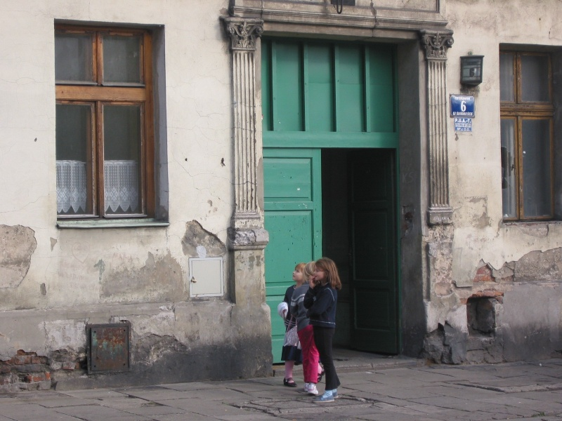 Children playing in front of a tenement at Dajwór 6