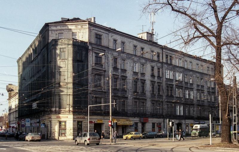 car, corner tenement, on the left Paulińska street, on the right Augustiańska street