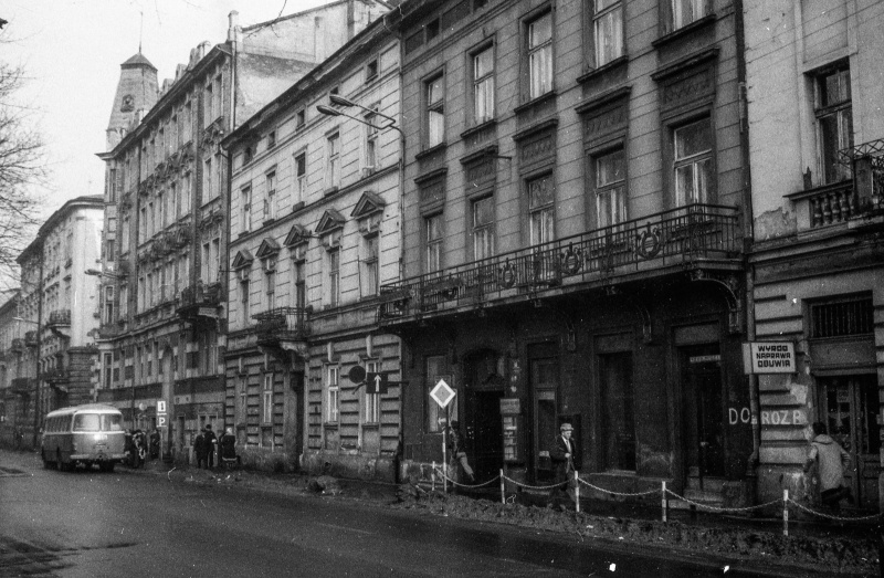 Tenement on the Dietla street frontage, shops on the ground floor