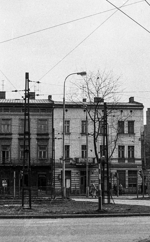 Corner tenement in closed coverage, view of front elevation, on the left neighbouring house