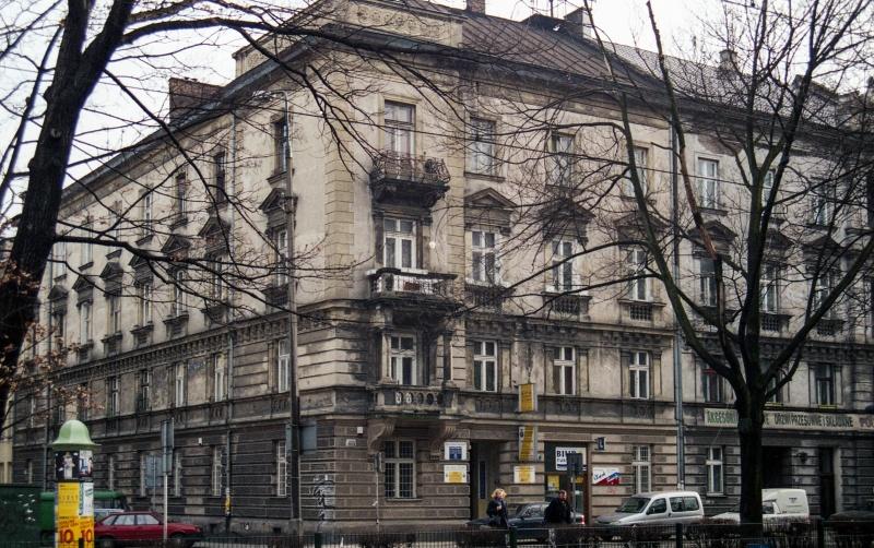 planty park, trees, corner tenement, okrąglak on the left, behind it Podbrzezie street