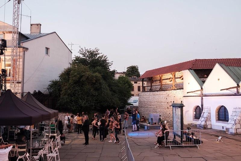 Przygotowania do koncertu finalowego 29 festiwalu Kultury Żydowskiej, w tle Stara Synagoga i mury obronne
