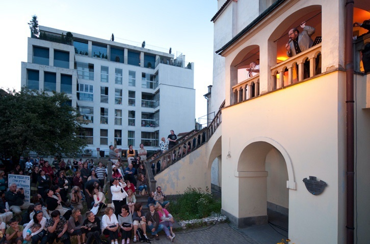 Concert on the stairs of Izaaka Synagogue, in the background new apartment building