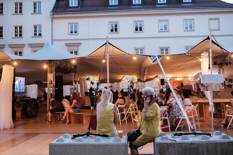 Wydarzenie w namiocie festiwalowym, postawionym na Parkingu na rogu ulicy Waskiej i Jozefa