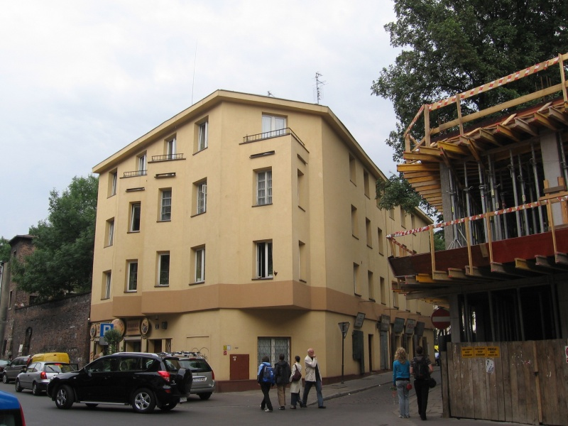 Odnowiony budynek przy ul. Miodowej 39 róg Szerokiej, utrata wartości architektonicznych