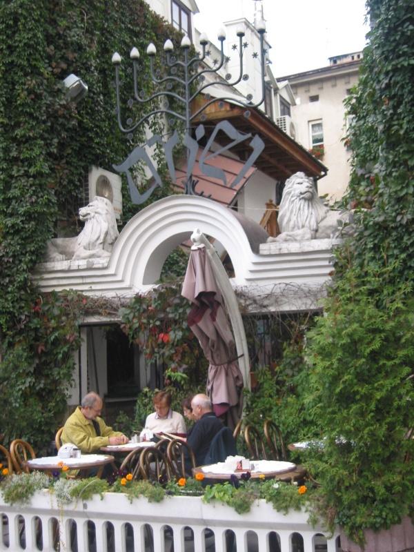 Odwołania do kultury żydowskiej w dekoracji zewnętrznej budynku kawiarni Ariel