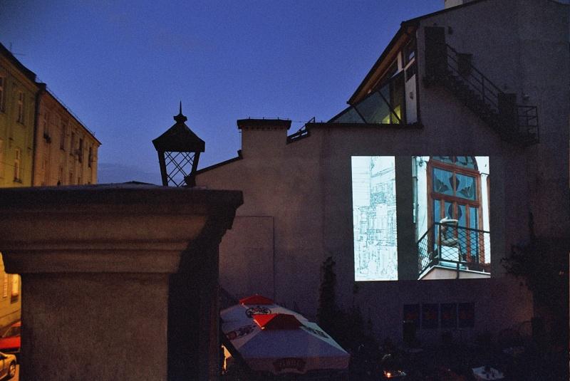 sciana budynku Centrum Kultury Żydowksiej przy ulicy Meiselsa 17, z wyświetlonym slajdem