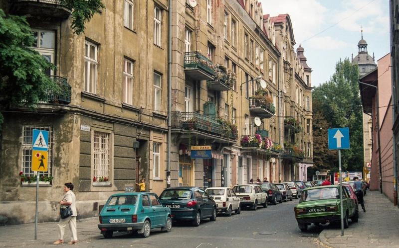 ulica w perspektywie, z lewej fasady kamienic, wgłębi wieża kościoła Bożego Ciała
