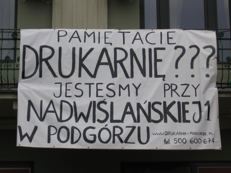 a banner with information on Drukarnia pub moving from Kazimierz to Podgórze on the other side of Vistula river