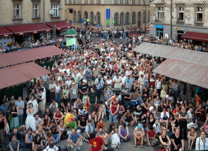Nowy square filled with people during a concert