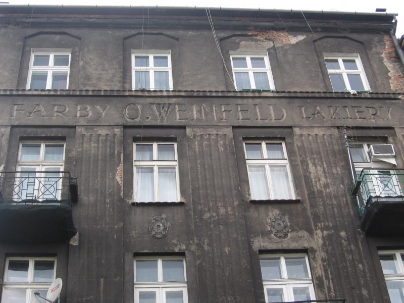 Przedwojenny napis na fasadzie budynku