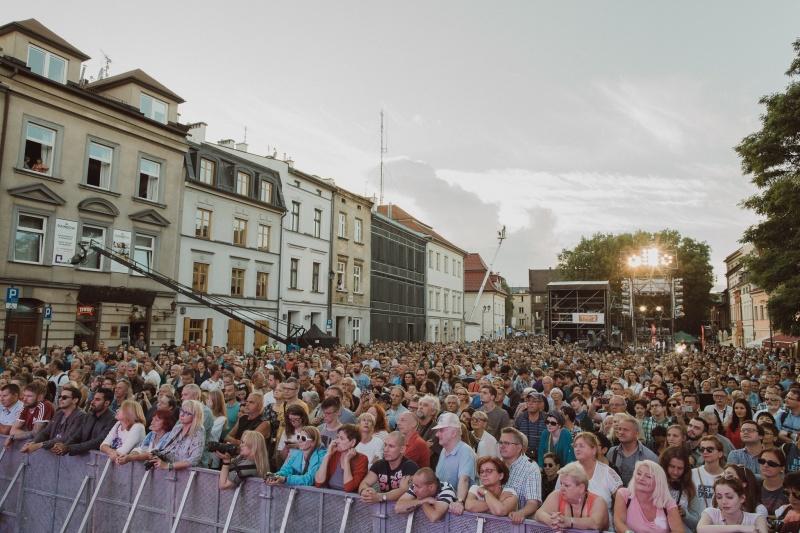 Ulica Szeroka wypelniona publicznoscią podczas finalowego koncertu 27 Festiwalu Kultury Żydowskiej