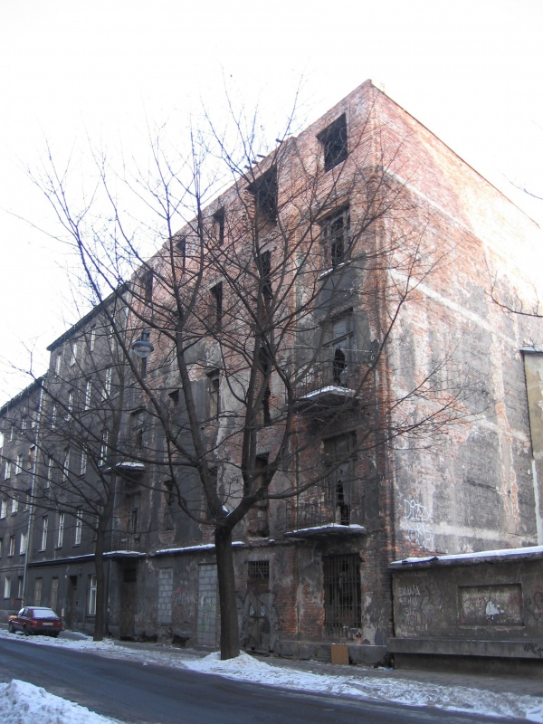 An empty, ruined building at Wąska 12 in 2005
