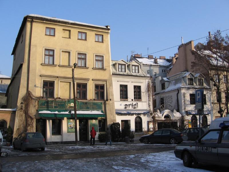 Restauracje przy ul. Szerokiej w 2006 r., szyldy odwołujące się do kultury żydowskiej