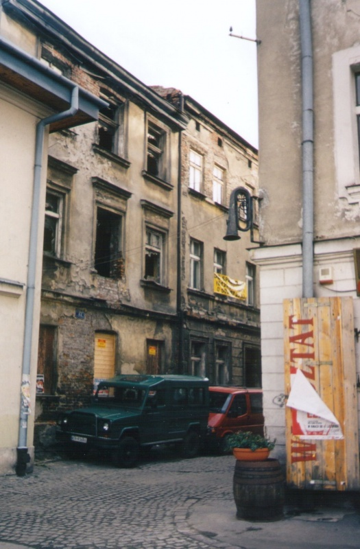 w corner of Kupa and Izaaka streets in 2004, still standing dilapidated tenement at no. 22 Kupa street
