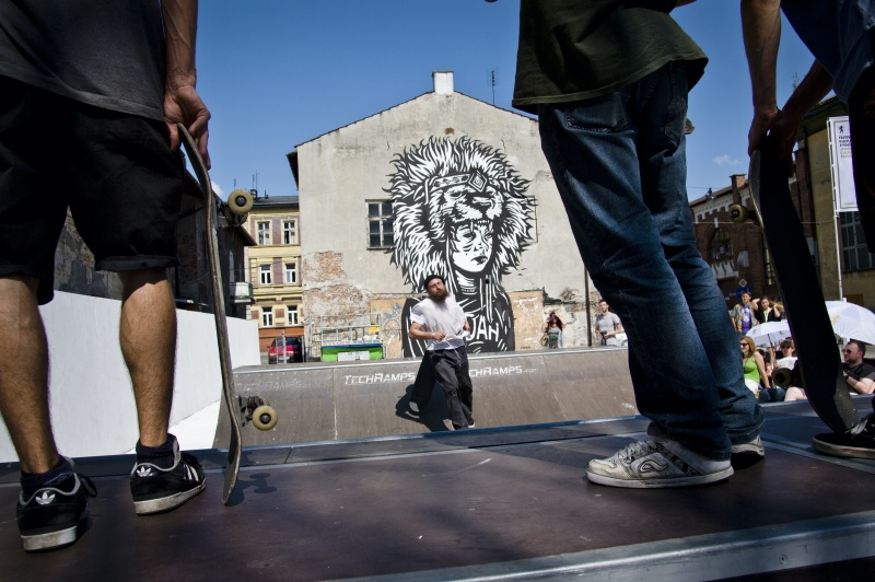 mini skatepark na skwerze Judah, w tle mural Judah