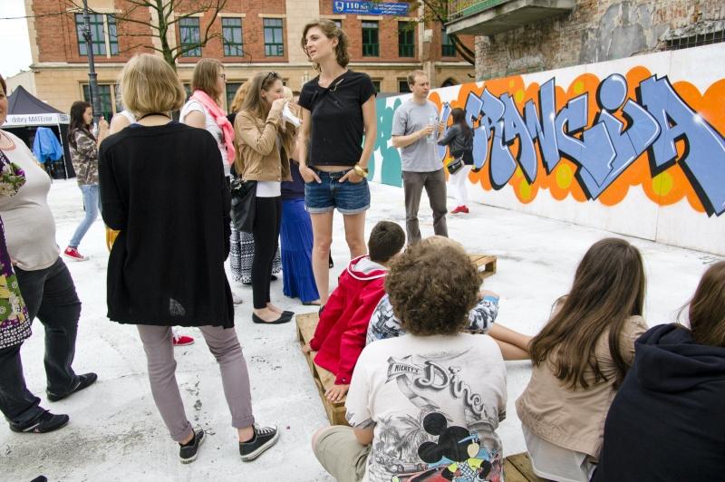 Skwer Judah, warsztaty grafitti, w tle budynek VI Liceum przy ulicy Wąskiej
