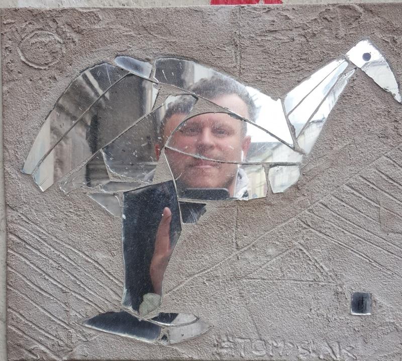 Street art wykonany przy użyciu tłuczonego szkła