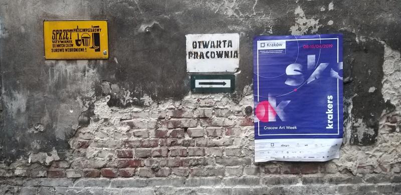 Szyld galerii sztuki Otwarta Pracownia i plakat Krakers Cracow Art Week 2019