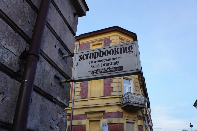 A sign of the Scrapbooking artistic shop and workshops