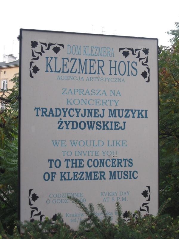 Tablica reklamująca koncerty muzyki klezmerskiej w restauracji Klezmer-Hois