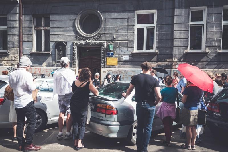 5 Berka Joselewicza street, in front of it memorial plate for Mordechai Gebirtig