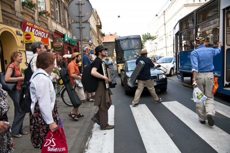 Musicians at a zebra crossing in Krakowska street