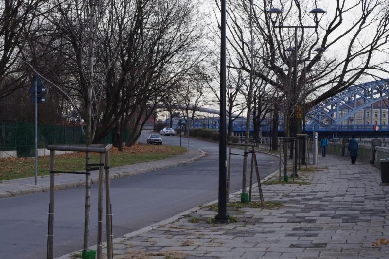 Rybaki Street; on the right in the background Piłsudskiego bridge
