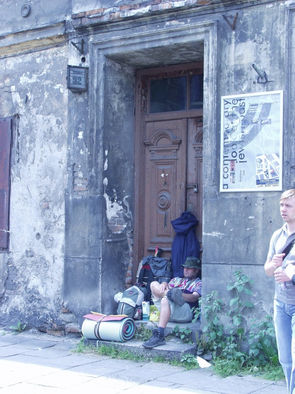 Tenement at 32 Szeroka street, a tourist resting in the gate