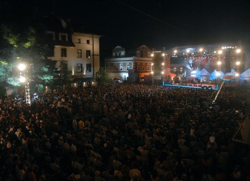 Ulica Szeroka podczas koncertu 17 festiwalu Kultury Żydowskiej, w tle hotel Ester