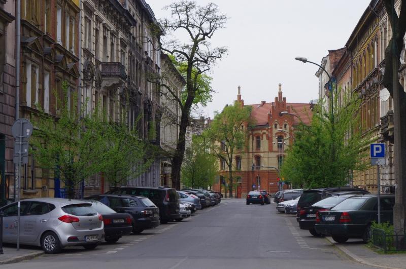 Widok na ul. Sebastiana, w tle Szkoła Podstawowa nr 16 przy ul. Dietla