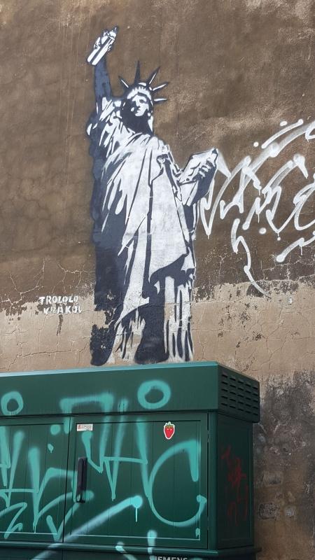 Wielobarwny street art wykonany techniką szablonu, autorstwo: Trololo