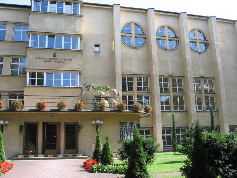 Wyższe Seminarium Duchowne Zakonu Paulinów w modernistycznym budynku przy ul. Skałecznej