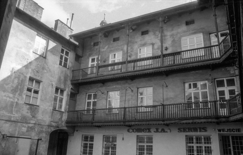 tenement elevations from the courtyard, on the left at the bottom opening of a gate, wooden galleries on 1 and 2 floors