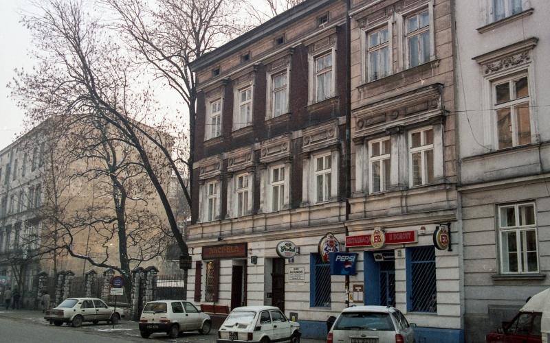 na dole ulica, samochody osobowe, z prawej kamienica dwupietrowa, w głębi z lewej budynek trzypietrowy nr 29