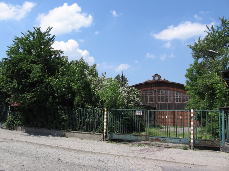 Dilapidated former normal track tramway hall at 12 św. Wawrzyńca street in 2007